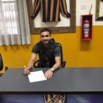 Iván Varga firmando su contrato en la sede del club.